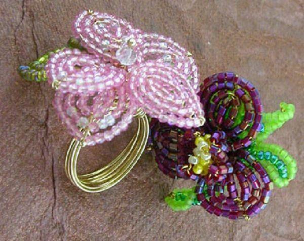 Красивые цветы из бисера можно использовать и при изготовлении оригинальных колец. Летом такая авторская бижутерия пользуется особой популярностью.
