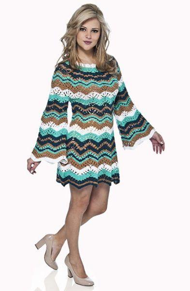 Интересный вариант теплого платья. Для него можно взять толстые нитки, нескольких любимых цветов или связать его из секционной пряжи.
