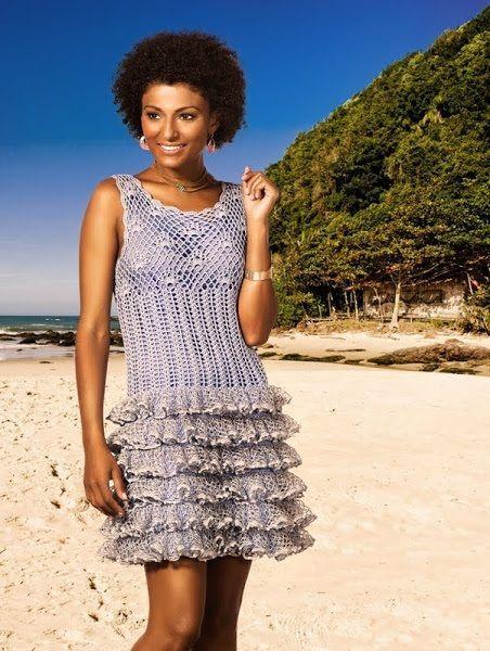 Интересный вариант летнего пляжного платья, связанного крючком. В данном случае для отделки используется ленточная пряжа.