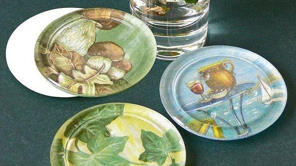 Тарелки, которые декорированы с помощью обратного декупажа. Их можно использовать во время еды или поставить на стол, например, с фруктами или сладостями, когда приходят гости.