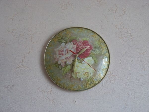 Интересно, что такие часы легко можно сделать с помощью декупажа и обычной старой крышки. У меня как раз есть такая, все никак не выкину, а теперь и не буду этого делать. Куплю бумагу и часовой механизм, чтоб сделать оригинальные часы для кухни.
