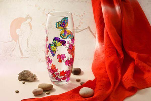 Простую стеклянную вазу легко превратить в произведение искусства. Такая ваза идеально впишется в любой интерьер.