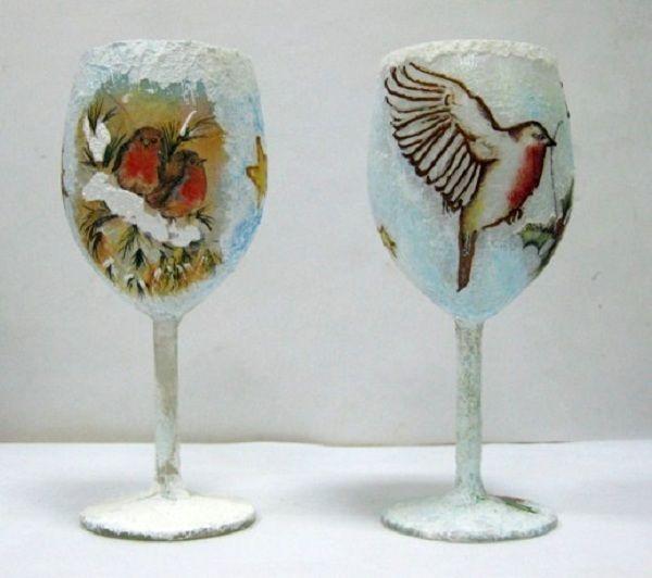 С помощью декупажа на стекле можно получить вот такие оригинальные бокалы. Их можно использовать во время романтического ужина.