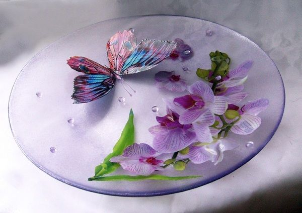Очень нежная и милая тарелка, которая может стать украшением любой кухни. Ее можно подарить в качестве небольшого сувенира.