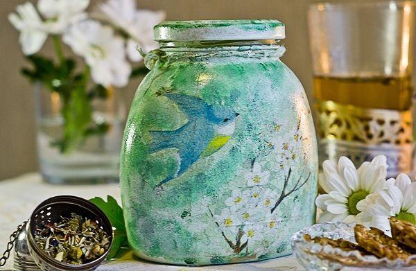 Из простых стеклянных банок, которые мы очень часто выбрасываем, можно сделать вот такое произведение искусства. Такие предметы станут украшением вашей кухни.