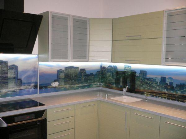 Стильная и современная мебель для кухни. Здесь особое внимание привлекает стеновая панель. Также мне нравится то, что рисунок на стеклах совпадает с дверцами.