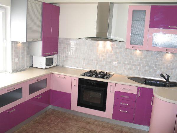 Интересно и необычно выглядит кухонная мебель двух цветов. Могут использовать любые нужные вам оттенки и сочетания. Например, темный низ, светлый верх или, как в данном случае, в разброс.