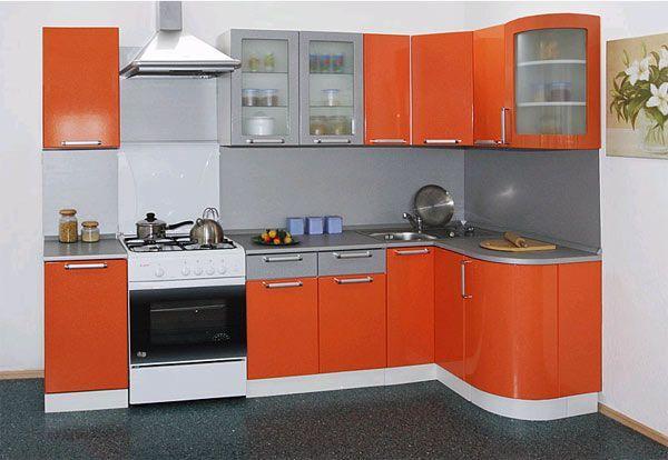 Яркая и современная кухонная мебель из крашеного МДФ. Здесь тоже удачно сочетаются два цвета, причем столешница и стеновая панель одного цвета со шкафчиками.