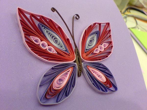 Не сложная и оригинальная бабочка, для создания которой пригодится бумага разных ярких цветов и разные формы завитков.
