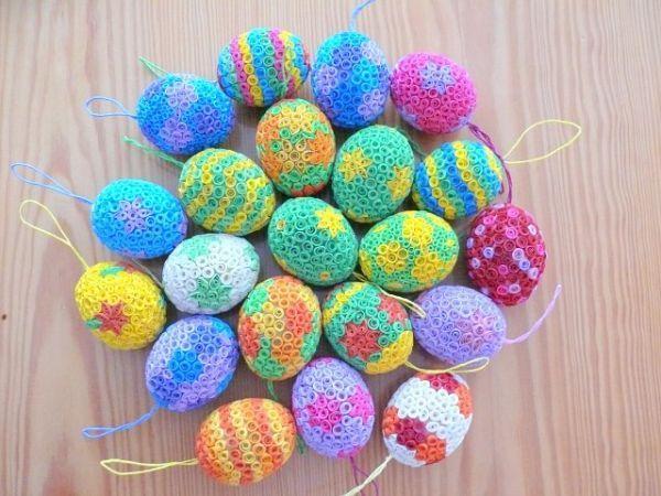 В канун праздника Пасхи практически все красят яйца, а если подумать об этом заранее, то в технике квиллинг можно сделать оригинальные сувениры.