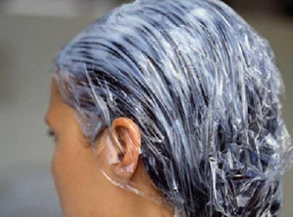 Las postillas sobre la cabeza en los cabellos al niño de la foto que curar