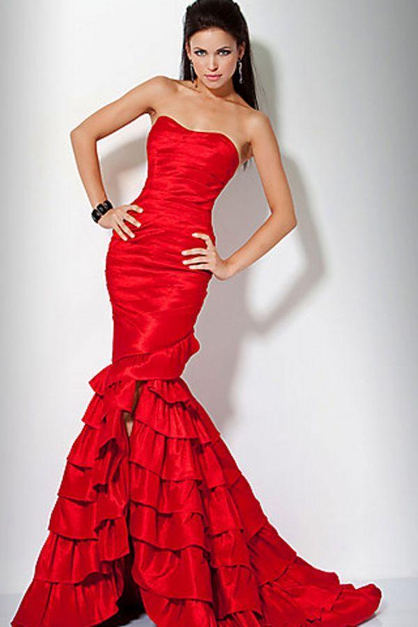 Вечернее красное платье. Поводов, чтобы его одеть может и не представится за всю жизнь. Но если же повод найдется в таком платье любая будет королевой! Однако, необходимое условие стройная фигура.