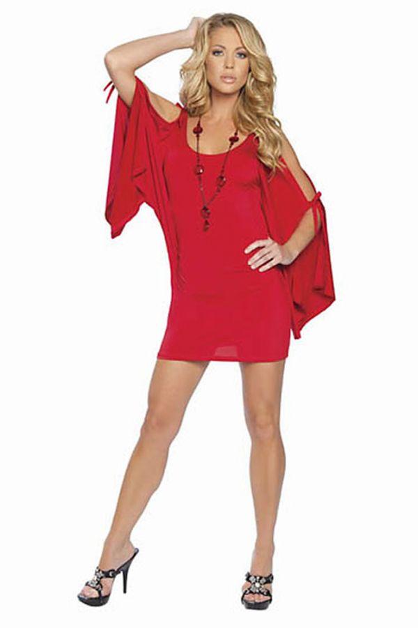 Летний вариант красного платья, который себе могут позволить смелые дамы с хорошей фигурой. Хороший пример, как можно подобрать к красному платью красные же украшения.