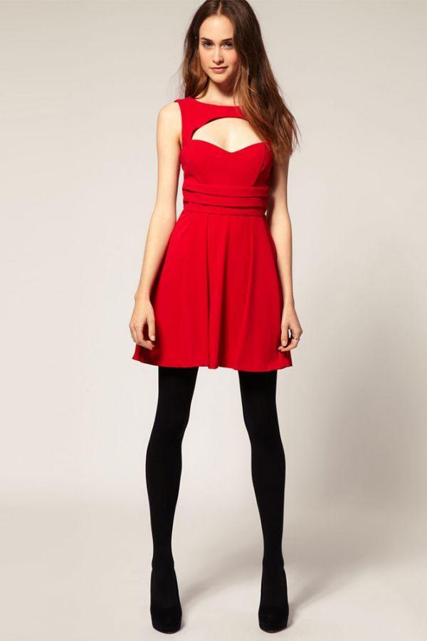 Смелый вырез, но в то же время закрыты ноги. У платья очень модный силуэт, такой подойдет худеньким девушкам.