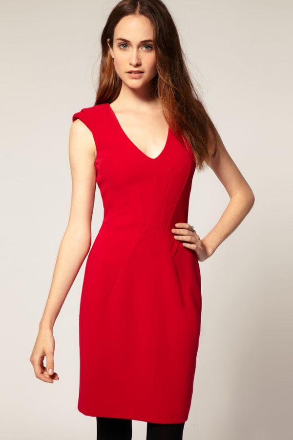 Яркое платье не перегружено различными лишними деталями: строгий, но интересный вариант.