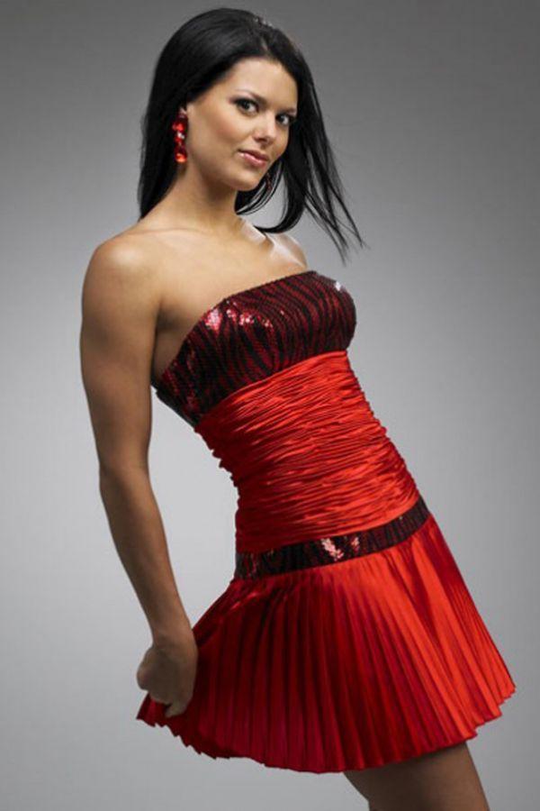 Пример того, какие красные платья не стоит покупать, а лучше вообще обходить стороной: насборенная талия, принты, блестки и в завершении всего плиссировка! Гремучая смесь.