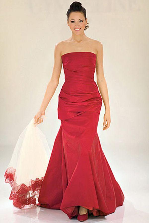 Один из вариантов свадебного красного платья. Такие платья все больше набирают обороты в популярности. Редко, какая невеста решится на такой цвет свадебного платья...