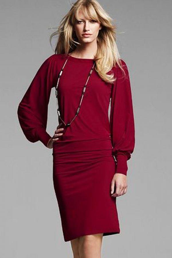 Не слишком бросающийся в глаза оттенок, но в то же время интересный. Платье дополняет скромная, но стильная бижутерия. Такой вариант вполне подойдет для будних дней.