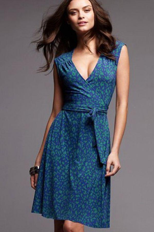 Даже как летний вариант офисного платья эта модель не подходит. Яркое сочетание цветов, небрежный стиль. Мне оно вообще напомнило обычный домашний халат. В таком виде можно поехать на дачу или прогуляться с ребенком, но на работу ходить не стоит.