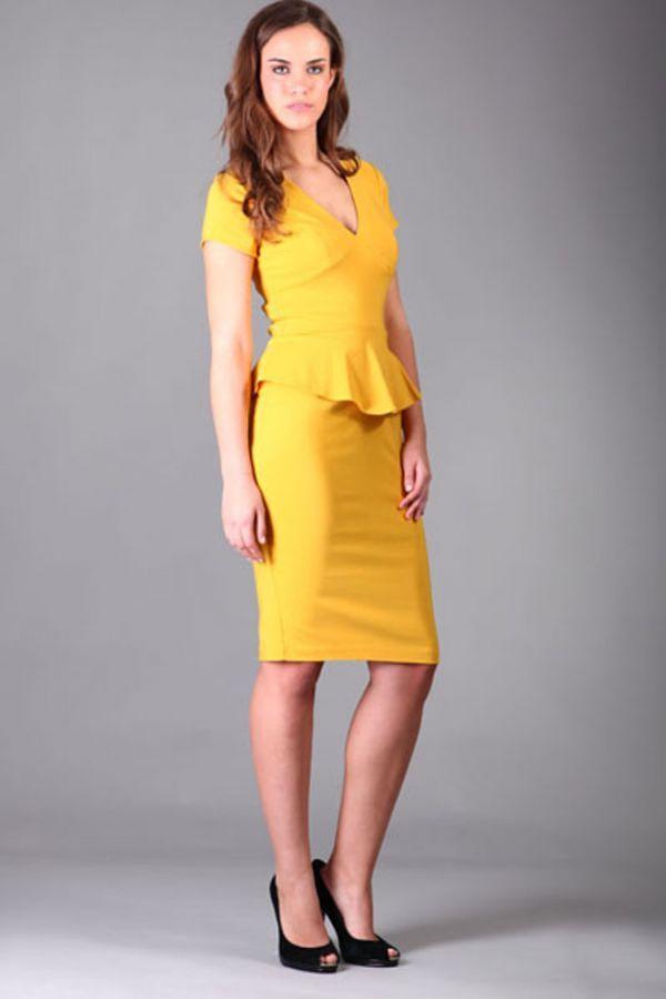 Самый яркий вариант из представленных на слайдах. Желтый цвет, безусловно, кричащий и противоречит канонам офисного стиля, однако модельеры признали офисные желтые платья одним из модных трендов этого сезона!