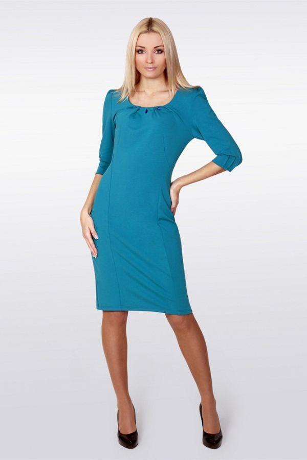 Еще одно бирюзовое платье в нашей копилке офисных нарядов. Отличный вариант, не требуется никаких украшений, он сам по себе великолепен. Если дресс-код позволяет яркие цвета, то такое платье будет шикарно смотреться, особенно на блондинках.