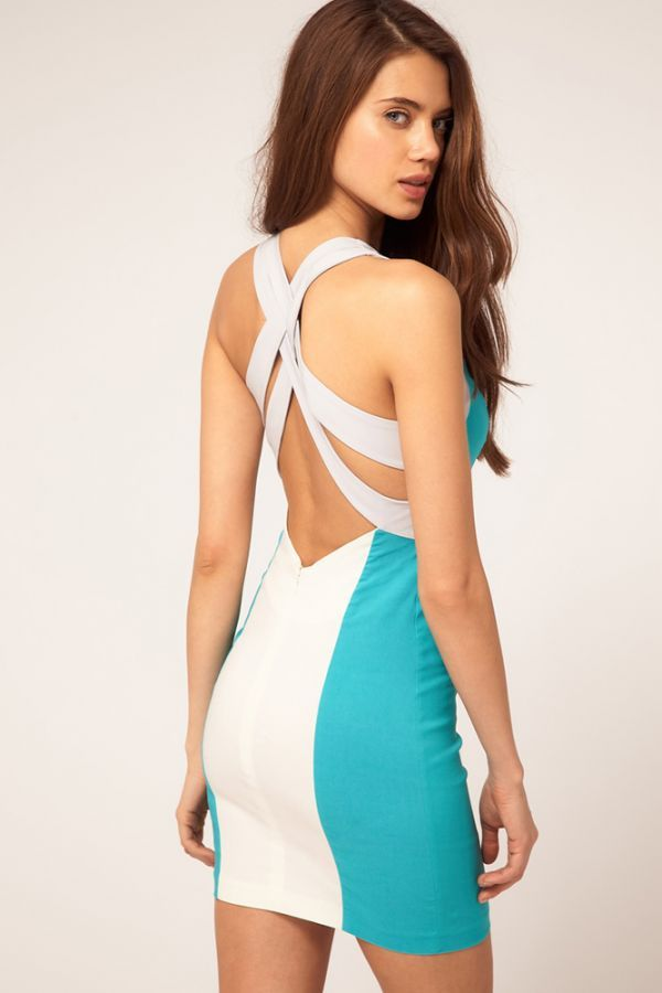 Невероятно смелая модель для девушек с прекрасной фигурой. Фасон и красивое цветовое решение не позволяет этому открытому платью смотреться вульгарно.
