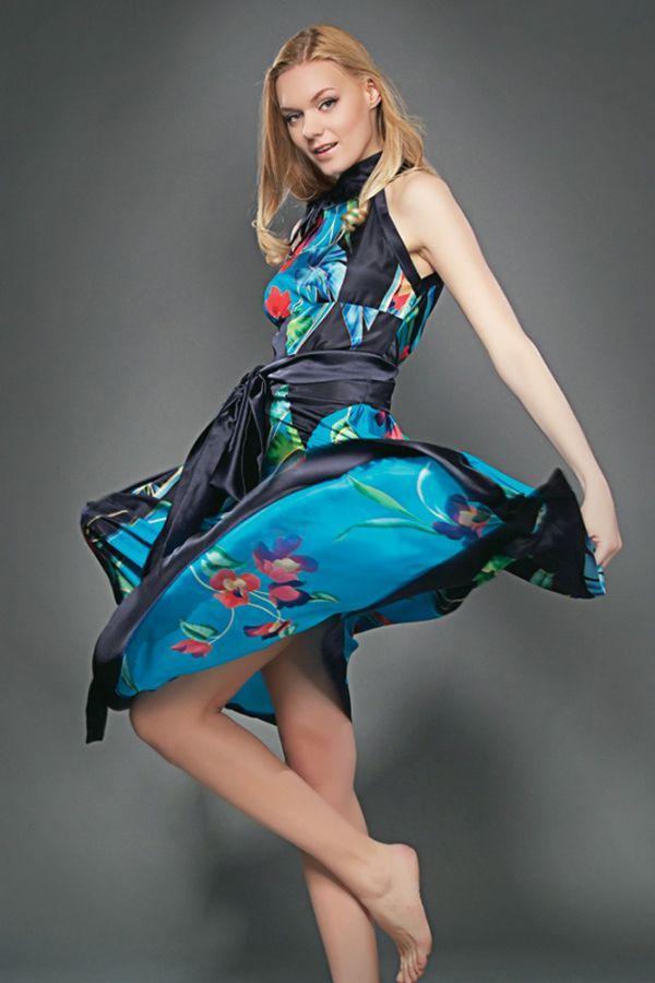 Один из фаворитов следующего сезона - шелк -  плюс яркие цветочные принты и наличие трендового черного цвета делают это платье очень актуальным для лета 2013.