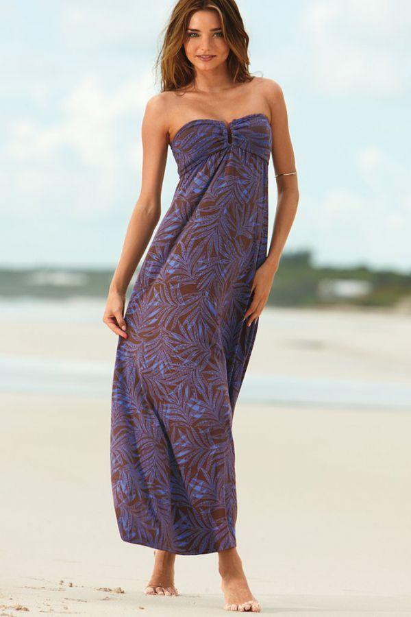 Пляжные сарафаны без бретелек были на пике популярности, но я считаю, в этом варианте невыгодное цветовое сочетание, особенно для молоденьких девушек.