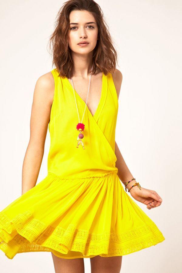 Символ солнца - желтый цвет! Яркая, кричащая модель с интересной отделкой подола. Платье практически без декоративных элементов, так что можно смело подключать аксессуары.