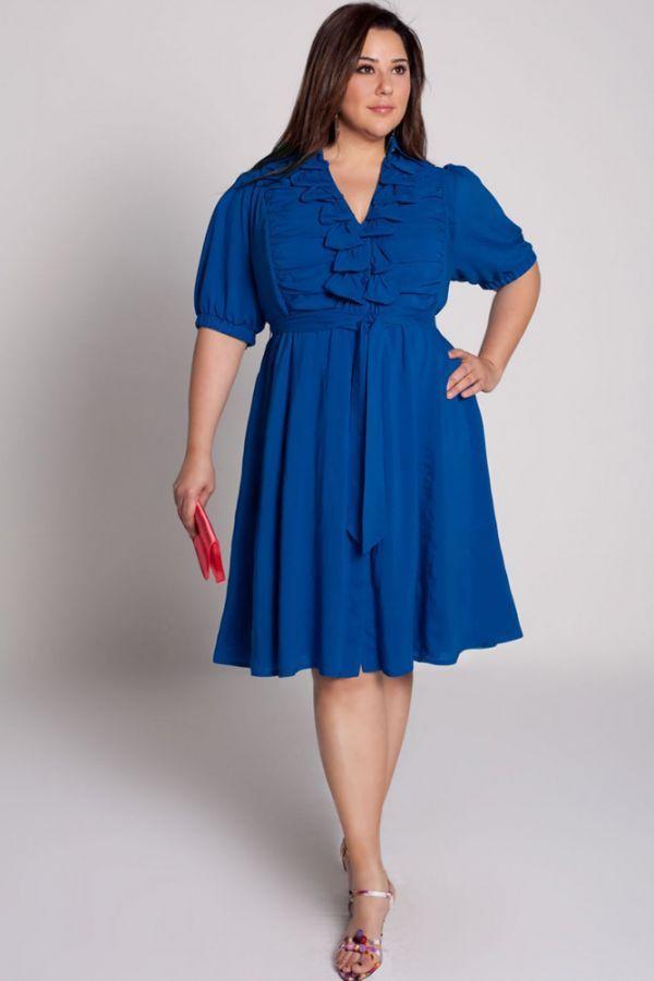 Насыщенный синий также неплохой вариант для платья. Этот вариант можно носить каждый день. Контрастная красная сумочка дополняет образ.