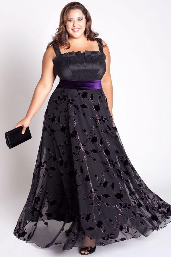 Шикарный вариант вечернего платья: темный цвет стройнит, силуэт платья скрывает недостатки фигура, а яркий пояс оживляет модель.