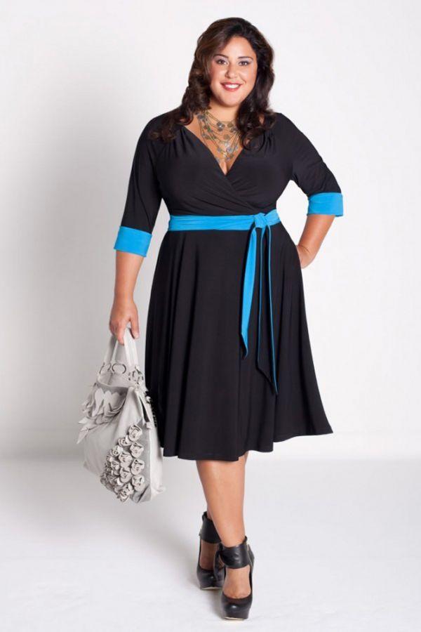 Опять же, очень удачный фасон, плюс яркие голубые акценты - помогают платью не выглядеть скучно. Прекрасно подобрана обувь - очень стильные туфли.