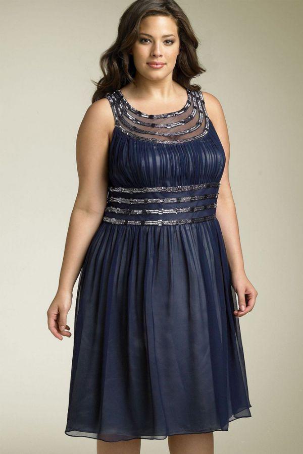 Очень неплохой вариант вечернего платья: строгий синий цвет создает чудесный ансамбль с кокетливыми пайетками и прозрачными вставками.