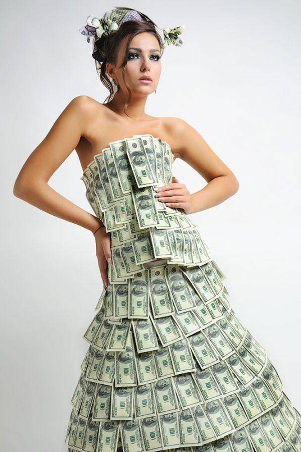 Я бы ни за что не отказалась, если бы кто-то преподнес мне в подарок подобное платье, причем валюта роли не играет. Идея платья из купюр уже не нова, но все так же интересна.