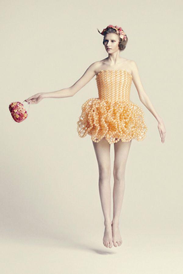Еще один вариант платья из шариков, только в коротком исполнении! В таком наряде, пожалуй, следует избегать острых предметов.
