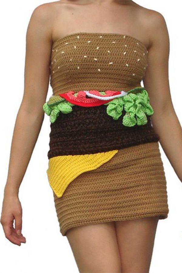 Вязаное платье - гамбургер. Впрочем, такое платье подвластно не только именитым дизайнерам. Любая рукодельница, владеющая техникой вязания крючком, может воспроизвести такое же платье!