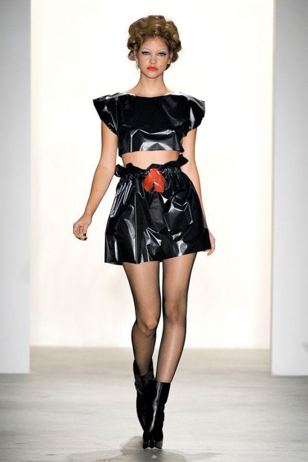 Платье из мешков для мусора. Как говорится, дешево и сердито! Такой наряд себе способна соорудить любая хозяйка, только вот зачем?