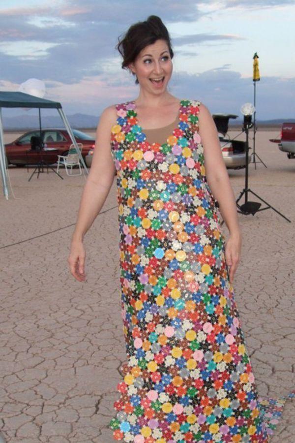 Для любителей азартных игр существует платье из фишек. На открытии какого-либо шикарного казино оно бы смотрелось уместно.