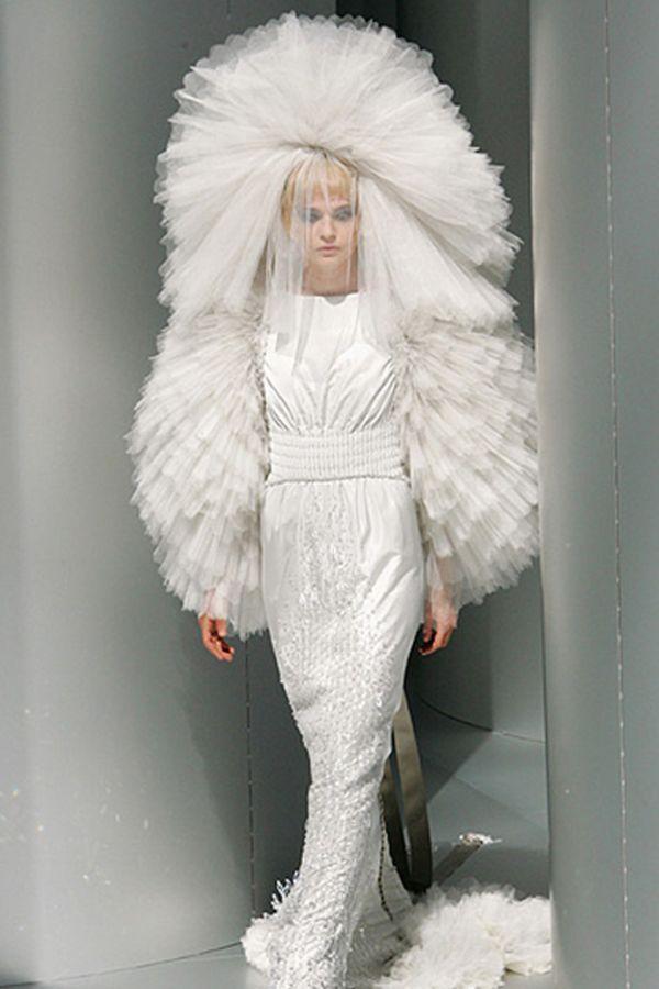 Действительно, необычное свадебное платье! Но оно необычно не интересной задумкой, а всего лишь перебором в отделке и материалах. Поэтому не заслуживает высокой оценки.