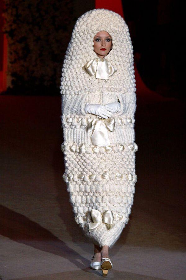 Вязаный кокон, в который поместил невесту знаменитый Ив Сен Лоран, символизирует скромность и готовность к замужеству. Сейчас это платье украшает один из музеев.