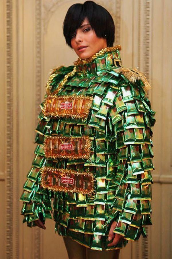 Еще один вариант шоколадного платья, только здесь уже используется шоколад в обертках. Такое платье намного дольше сможет находиться на модели.
