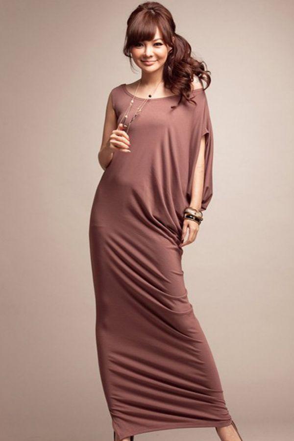 Ассиметрия является модным трендом 2012 года. Платье достаточно лаконично, нейтрального цвета. К нему легко будет подобрать обувь и аксессуары.