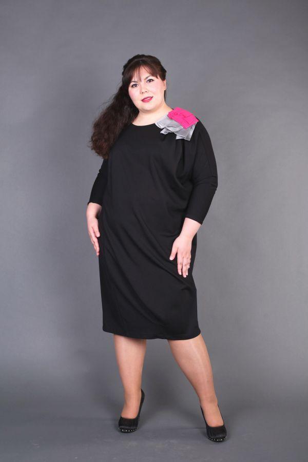 Черное платье-балонн скроет всевозможные недостатки фигуры. Яркая апликация на плече разбавит черный и придаст некой веселости образу.