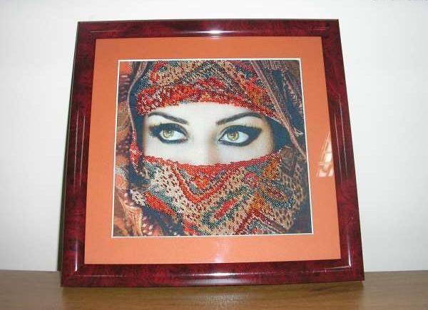 Можно на ткани распечатать свое фото и бисером вышить, к примеру, одежду или другие детали на картине.