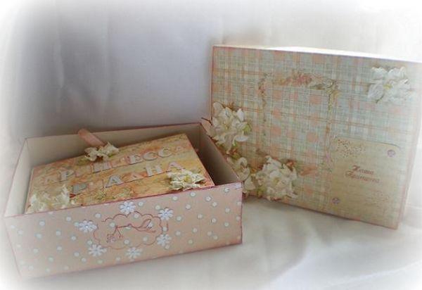 Еще одна ручная работа. Для этого фотоальбома была сделана специально коробка в том же стиле. Слишком хрупкий набор, как по мне.