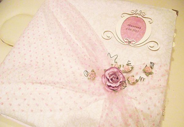 Очень нежный вариант украшенный тканью. Обратила внимание, что 80% альбомов делают в розовых тонах.