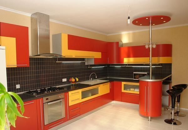 Мне очень нравится здесь сочетание всех цветов. Красная-желтая мебель, черная плитка, а разбавляют это светлые стены и пол.