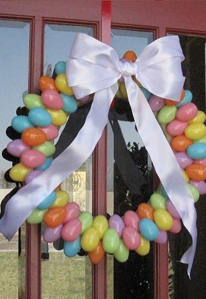 На Рождество мы вешаем венки на дверь, так чем же Пасха хуже? Тем более что его можно сделать собственноручно из любых материалов и добавить как украшения яйца.