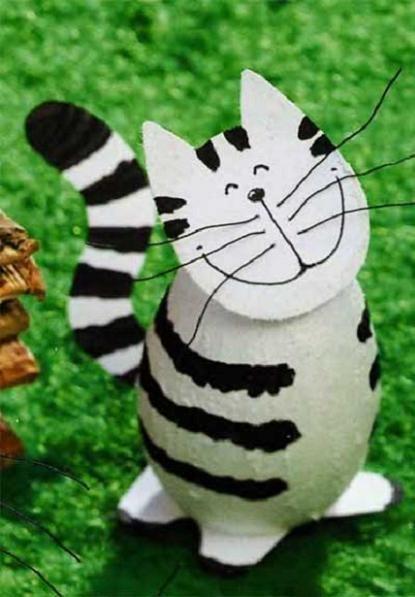Такого кота очень легко будет делать с детьми. Вам понадобятся только бумага, карандаши, ножницы и клей.