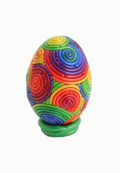 На Алимеро есть несколько девочек, которые работают с пластикой, думаю, им понравится такой вариант, а возможно мы скоро увидим мастер класс с таким яйцом.